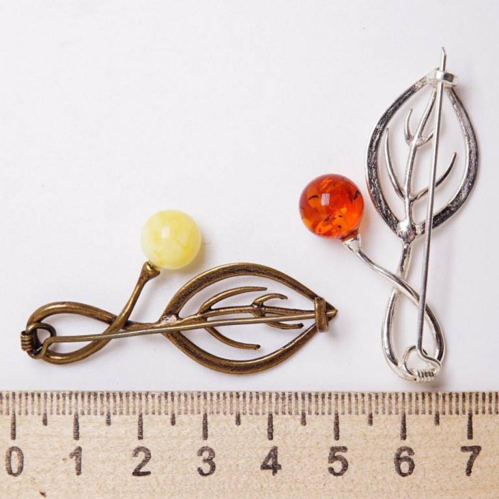 Брошь Листик с ягодой (янтарь коричневый посеребрение) 620